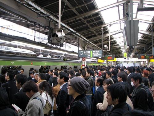 800px-Rush_hour_at_Shinjuku_02 wikipedia commons